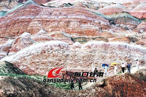 【附图】临泽县丹霞地貌风景区游人如织