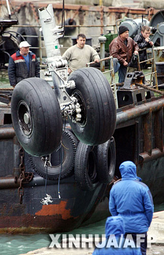 【多图】失事飞机残骸打捞工作继续进行