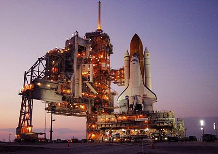 组图:发现号航天飞机夜幕中抵达发射场