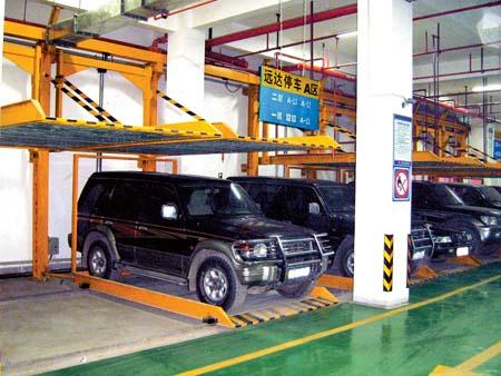 这种机械式立体停车库与普通停车场最大的不同就是车辆可以在车库里分