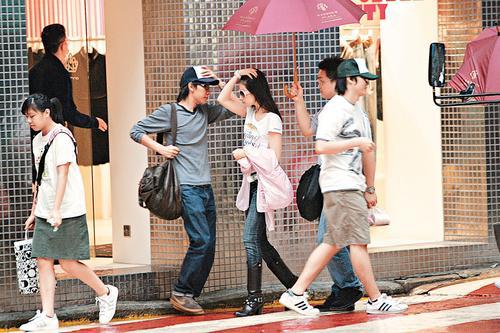 刘亦菲香港烧钱5猛男护驾1小时买10袋衣服