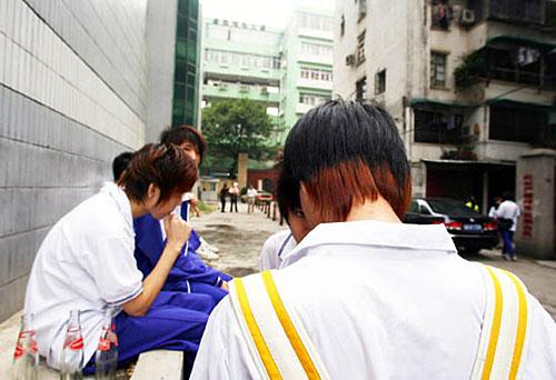 广州/由于贪靓将黑头发染成栗色黄色等色,被关在校门外的学生记予...
