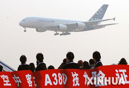 11月23日,世界最大客机空中客车a380飞机抵达北京