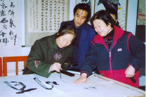 张玉仙老师(左)为本文作者(中 法泉寺石窟位于我省白银市靖远县