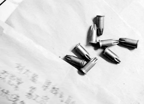 蒋生连/恐吓信封里装的射钉枪用的空包弹。本报记者蒋生连摄...