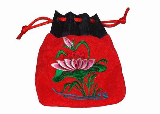 荷包,是中国传统服饰中,人们所随身佩带的一种装零星物品的小包。荷包的造型有圆形、椭圆形、方形、长方形,也有桃形、如意形、石榴形等;荷包的图案有繁有简,花卉、鸟、兽、草虫、山水、人物以及吉祥语、诗词文字都有,装饰意味很浓。   荷包的前身叫荷囊。荷者,负荷;囊者,袋也。所谓荷囊,即用来盛放零星细物的小袋。因古人衣服没有口袋,一些必须随身携带的物品(如毛巾、印章及钱币等),只能贮放在这种袋里。最早的荷囊,在使用时既可手提,又可肩背,所以也称持囊或称挈囊。以后渐渐觉得手提肩背有所不便,才将它