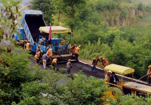 加快农村公路建设 促进农村经济发展