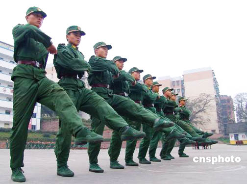 重庆武警新兵训练场上显身手-沈阳军区某部部分新兵体质弱已影响部