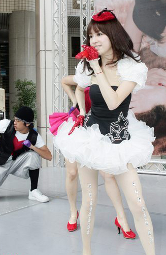 王心凌可爱公主裙亮相 诱人玉腿显好身材