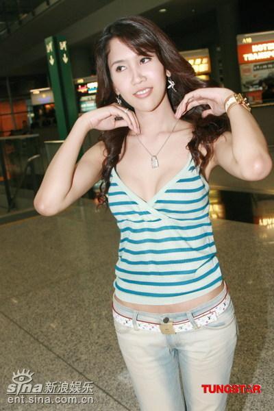 泰国变性女星亮相香港 摆POSE大秀乳沟