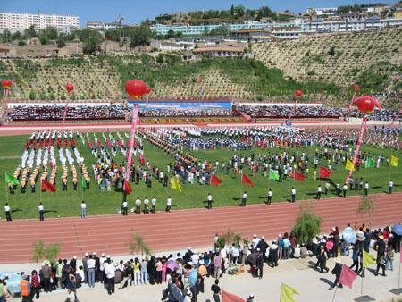 6月27日,东乡县撒尔塔文体广场彩旗飘扬,甘肃省青少年田径运动会在
