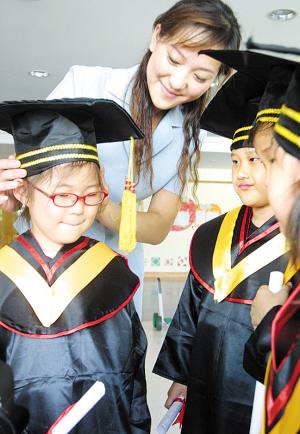 华夏幼儿园的幼儿小朋友告别老师,即将毕业.摄影/刘耀辉图片