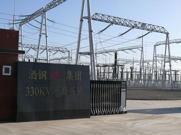 每日甘肃网讯 10月12日,由甘肃省电力设计院总承包的酒钢330千伏变电站工程,正式带电投运。   该工程建设规模为2台240兆伏安主变压器、1台120兆伏安主变压器,5个330KV完整串,9回110KV出线。嘉酒双回线330KV线路为约8.1公里,酒热双回线约7.1公里。   工程自2005年6月25日开工建设以来,该院始终着力于工程的工期和质量、认真履行合同,广大员工战严寒斗酷暑、舍小家顾大家,长期战斗在工程一线,在建设中克服常人难以想象的诸多困难。为了按工期完成,总承包员工打破了常规的施工作息