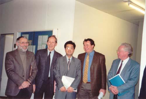 上的关于超重元素镄的电子能谱结构的实验和理论
