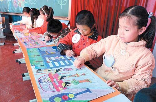 长春市小学生在展示绘画才艺高清图片