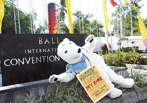 """保护生态环境.北极熊胸前的标语写着""""我失去了家园""""等字样高清图片"""