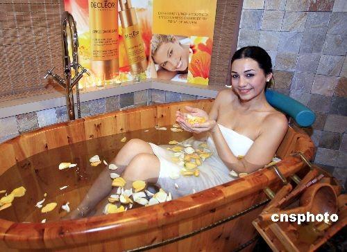 美女模特闹市沐浴展示水疗
