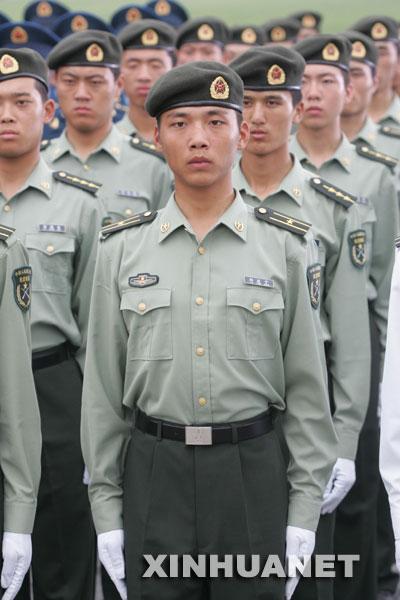 是陆军军官长袖夏常服.新华社记者王建民摄-07式新军服正陆续发放图片