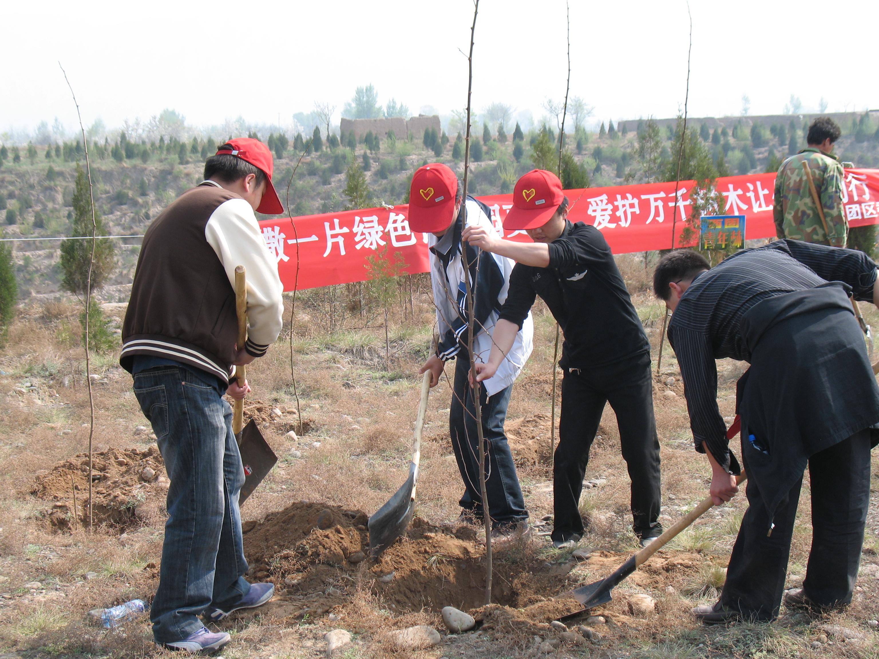 开展义务植树活动是青年志愿服务活动的一项重要内容,旨在全面深化植树护绿活动和生态文化宣传活动。此次活动不仅植下了一片绿色,更是在志愿者心中植下了建设生态文明意识,为建设美丽和谐西固增添一份新绿。广大志愿者纷纷表示,作为新一代的有志青年,有责任为环境绿化和创建绿色园区做出自己的贡献;希望通过自己的实际行动号召身边更多的人参与植树造林公益活动,增强人们的环境保护意识、绿色文明意识,推动全区生态环境的改善。