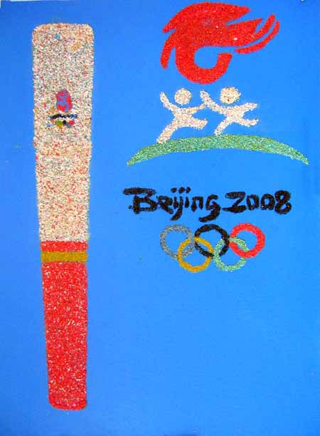 用碎石、锯末、五谷杂粮等材料制作了奥运会会徽、火炬和福娃,表达