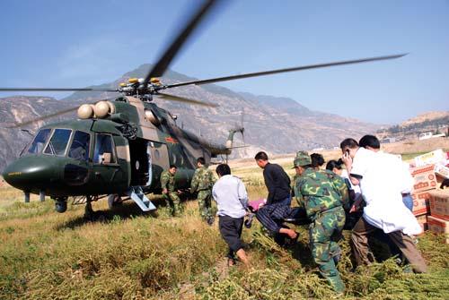 兰州军区派出直升飞机救危重伤员