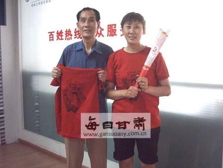 奥运亚军何丽萍和父亲昨日赶到本报领取笑脸t恤何静摄