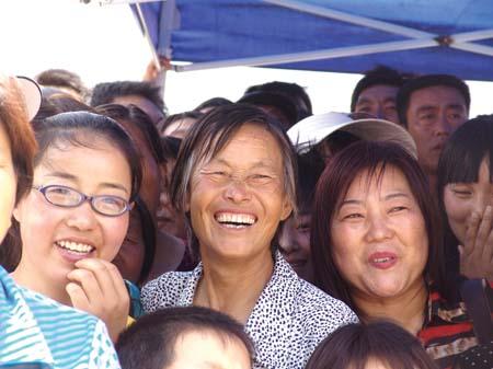 治部文工团演员王静代表全体演员对灾区群众表示感谢   总政歌舞团演