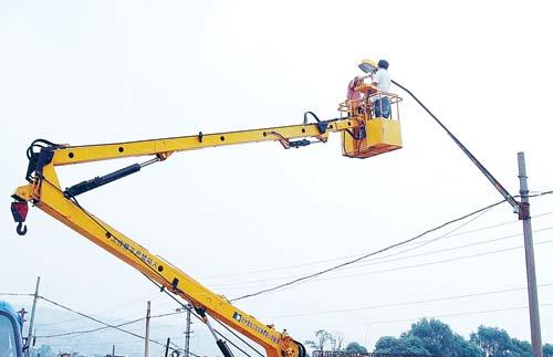 市政人员检修路灯