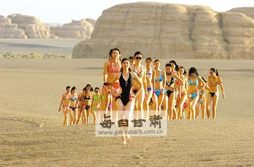 敦煌 中国/在金色的阳光照耀下,鸣沙山和月牙泉显得庄重而神秘,上午9时许...