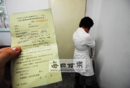 女记者 原形 交警/一名白衣女子冒充新华社记者妄图减免30余张车辆罚单