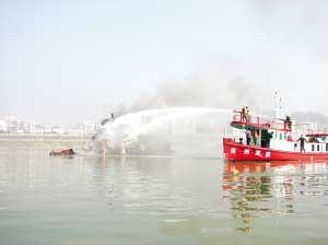 广西 梧州/消防员用水炮灭火。黄国华摄
