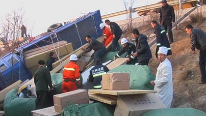 兰海高速发生车祸两人被困,西固消防官兵成功处置