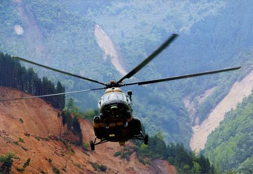 资料图:汶川大地震中陆航米-171直升机在危险地带超