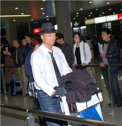 王喜/王喜昨天(3月18日),一顶Gucci礼帽,外加简单牛仔裤白衬衫、...