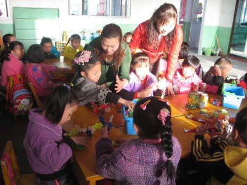 幼儿园老师在课堂上教小朋友搭积木