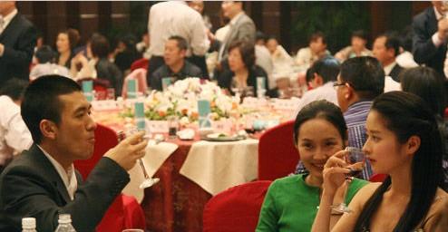 """黄圣依/杨子撇下黄圣依与""""香香公主""""颖儿(右一)喝酒。"""