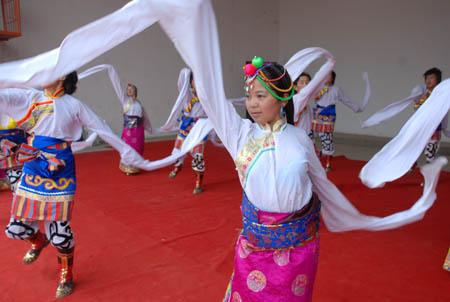 青海省阿伊赛迈民族歌舞团来西固区演出