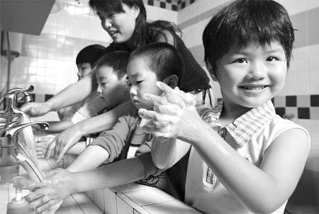 南京市实验幼儿园的小朋友在老师指导下学习正确的洗手步骤.