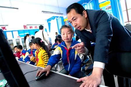 他提出,每张电脑桌配两把椅子,对于人数多的班级而言,这样便可以保证