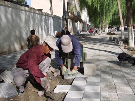 工人们正在铺装人行道.高清图片