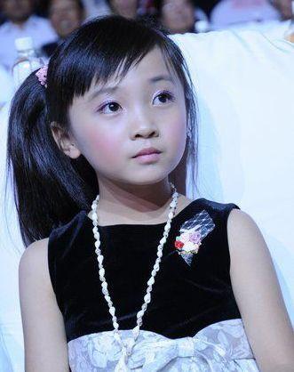 奥运女孩林妙可作为嘉宾亮相,身穿黑白色裙子的她清爽可爱,做出各种
