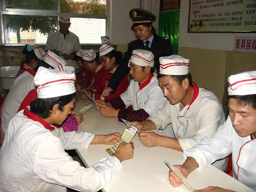 卫生监督员组织某学校食堂职工学习食品安全标准知识