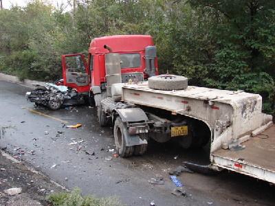 甘肃白银市银山东路三冶炼10公里处发生车祸,有人员被困,请速前往救援