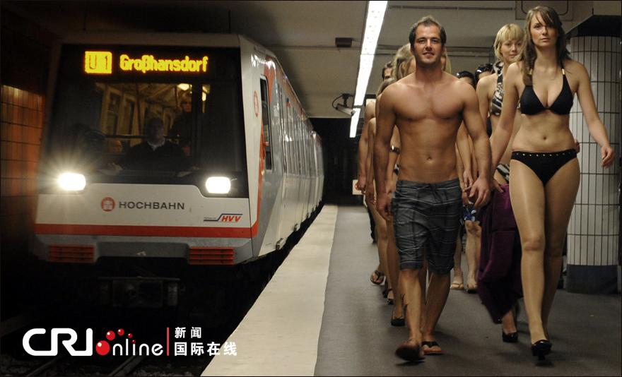 德国汉堡比基尼模特地铁走秀组图 比基尼|模