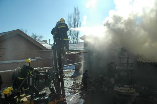 张掖消防支队成功扑救一木材加工厂库房火灾