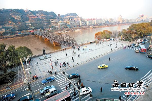 新的规划设计从桥南划出一道弧线,形成一个半圆形广场,广场内设置