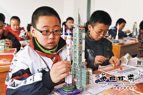 """纸模型制作暨""""神舟号""""飞船火箭模型制作活动决赛在"""