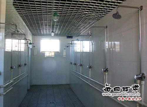 在我市农村中小学布局结构调整中,学生浴室的修建在各级学校建设中被