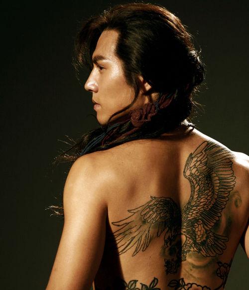 燕青背上的纹身是由雄鹰和牡丹组成