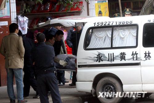 中国 周衡义/12月21日,工作人员正在将受害者尸体运走。新华社记者周衡义...